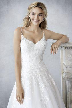 ... először kerül bemutatásra a Private Label by G divatház Ella Rosa  menyasszonyi ruha kollekciója. Most végre hozzánk is elérkezett a magas  minőségéről cbee18aab9